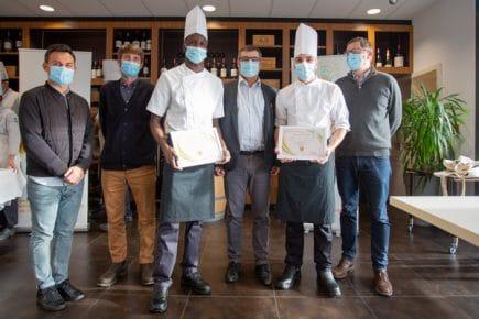 Le jury entouré du binôme gagnant du Lycée Poullart des Places