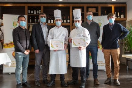 Le jury entoure le binôme de l'Institut Paul Bocuse gagnant le prix des internautes
